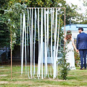 Botanical Wedding - Backdrop med hvite bånd